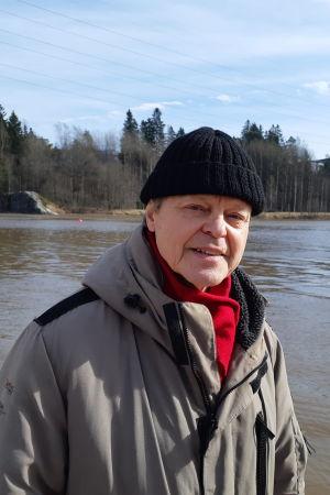 Filmregissören Claes Olsson under Covid-19-tiden, den sista veckan i mars 2020 på Lillforsens badstrand vid Vanda å.