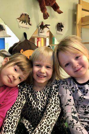 Tre flickor i ett dagis.
