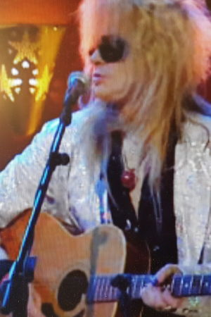 Bild från Bettina S TV programmet där Michel Monroe spelar på en Landola gitarr