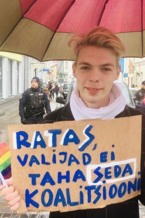 Artjom demonstrerar mot den kommande regeringen i Estland.