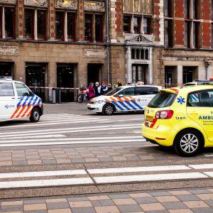 Polis och ambulans utanför järnvägsstationen i Amsterdam efter ett knivdåd den 31 augusti 2018.
