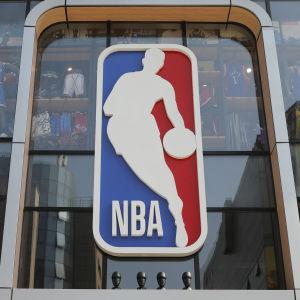 Människor utanför NBA:s supporterbutik i Peking.