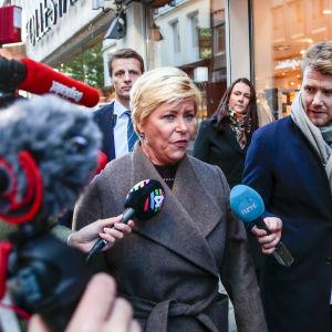 Norges finansminister Siv Jensen kommenterar den norska budgeten för medier på gatan i Oslo i oktober 2019. I januari 2020 lämnade Jensens Fremskrittsparti regeringen.