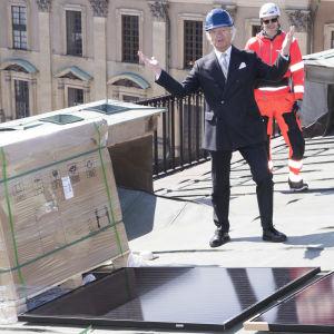 Kung Carl XVI Gustaf tar emot solpaneler som installeras på Stockholms slott.