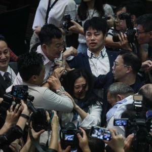 Slagsmål i lagstiftande rådet i Hongkong.