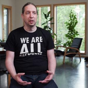 En finländsk man i sitt hem i konstprojektet 101 för alla.