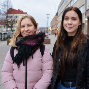 Två tonårsflickor står utanför köpcentret Lundi i Borgå