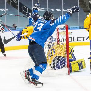 Två finländska spelare firar ett mål vid Sveriges kasse.
