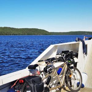 Tandempyörä nojaa laivan kylkeen Saimaalla