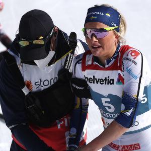 Frida Karlsson i smärtor efter målgång.