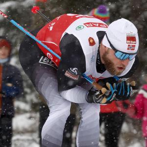 Martin Johnsrud Sundby åker i nedförsbacke.