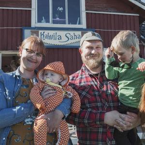 Familj med två barn samt programledarna Nicke Aldén och Hannamari Hoikkala från programmet Egenland utanför Kahvila Saha i Yxpila, Karleby.