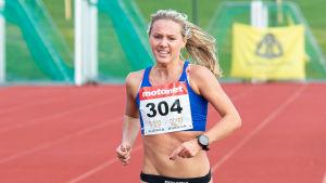 Nina Chydenius löper mot mål i terräng-FM 2020.