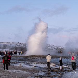 Gejsern Strokkur på Island får ett utbrott.