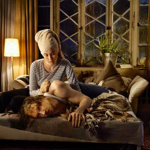 Toto Blumen (Lars Eidinger) makaa räjähtäneen näköisenä aluspaitasillaan vuodesohvalla. Zazie (Adèle Haenel) istuu vieressä pyyhe päässä ja pyyhkii pesukintaalla miehen olkapäätä.
