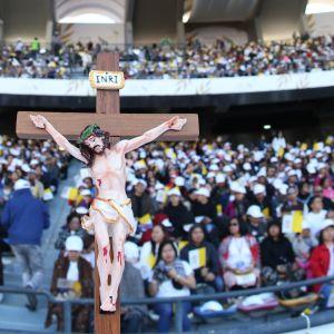 Jesus på korset under påvemässan i Abu Dhabi 5.2.2019