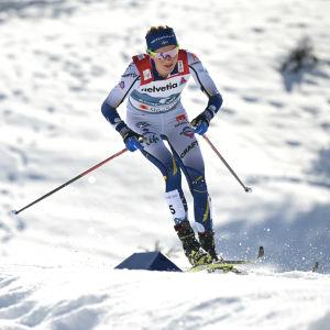 Frida Karlsson tog sig medalj trots att hon gjorde sig riktigt illa i spåret.