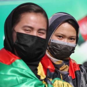 Kvinnor, flickor och etniska minoriteter betalar det högsta priset om talibanerna återtar makten. Dessa kvinnor deltog nyligen i en fredsdemonstration i Kabul.