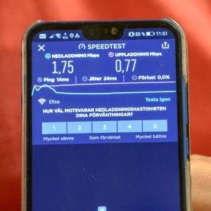 Mobilskärm visar testresultat på nätförbindelsen.