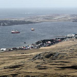 Intresset för Falklandsöarna har ökat efter att man har funnit tecken på oljefyndigheter i vattnen kring öarna