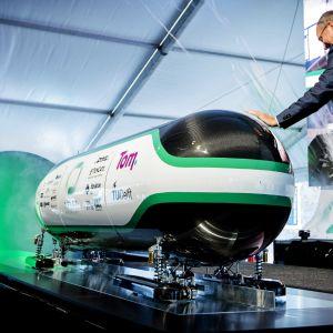 Hyperloopkapseln förevisas i Delft, Holland.
