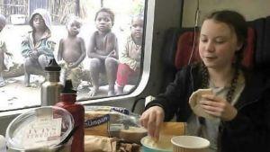 Två bilder på Greta Thunberg bredvid varandra. Hon sitter på ett tåg och äter mat, men på den ena versionen har skogen i fönstret bytts ut mot svältande barn i afrika.