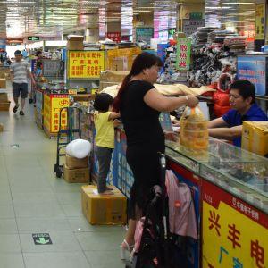 Försäljare och kunder i elektronikvarus i Kina