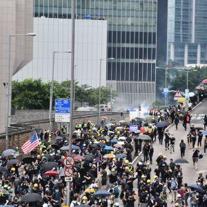Demonstranterna tog tillfälligt över en av huvudgatorna. Kinas största garnison i Hongkong finns bakom muren till vänster.