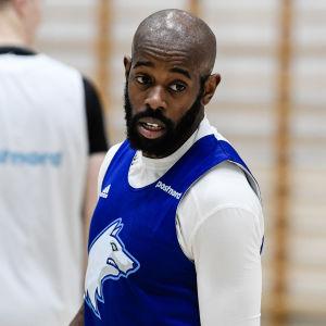 Jamar Wilson tränar i Backasbrinkens idrottshall.