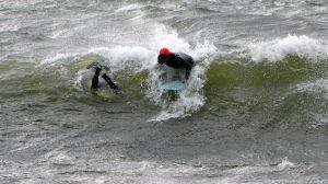 surfare i vågor
