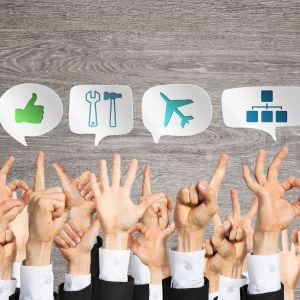 Händer och bubblor med olika ikoner.