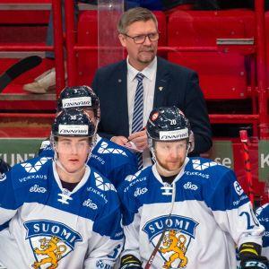 Jukka Jalonen lotsar sina spelare i den svenska EHT-turneringen i februari.