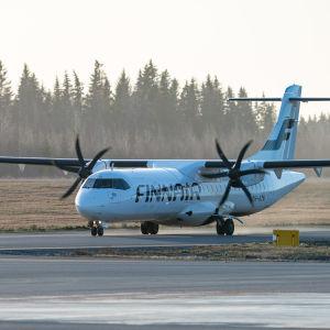 Finnairs ATR  72-500 på Birkala flygplats.
