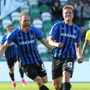Niilo Mäenpää och Timo Furuholm firar mål.