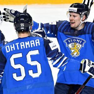 Finlands ishockeylandslag jublar.