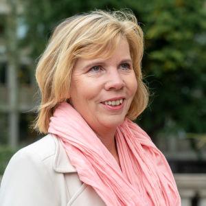 Oikeusministeri Anna-Maja Henriksson antaa haastattelua mennessään budjettiriiheen.