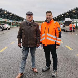 Ekoroskin entinen toimitusjohtaja Henry Nygård (vasemmalla) muistaa, miten lajittelua aloiteltiin 30 vuotta sitten. Työtä jatkaa nykyinen toimitusjohtaja Michael Östman.