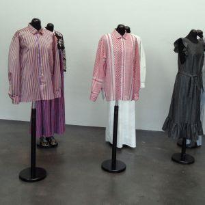 """Companyduon Aamu Songs och Johan Olins kläder på utställningen """"Tillsammans"""" på Kiasma sommaren 2014."""