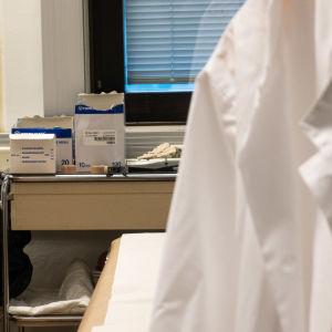 En läkares undersökningsmaterial i ett rum.