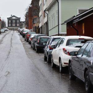 Bilar parkerade längs en gata
