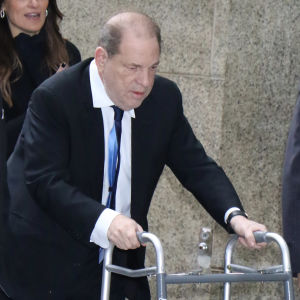 Harvey Weinstein på väg tlil en domstol i New York 11 december 2019.