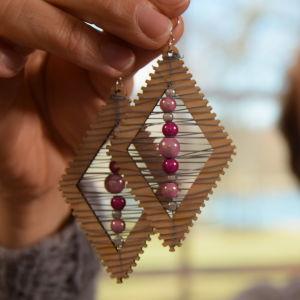 Kvinna håller örhängen i handen