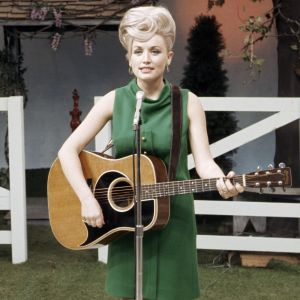 Dolly Parton kitara kädessä vuonna 1967. Arkistokuva, dokumenttisarjasta Countrymusiikki.