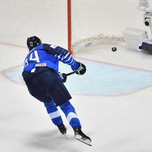 Kaapo Kakko gör mål i tom bur, Yle Sportens podd-vinjett överst.