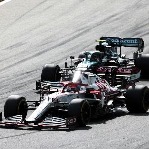 Kimi Räikkönen kör om Sebastian Vettel.