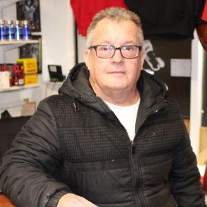 Företagaren Roy Crompton fotograferade i sin affär i Wigan. Crompton är en man i medelådern med kort grått hår.