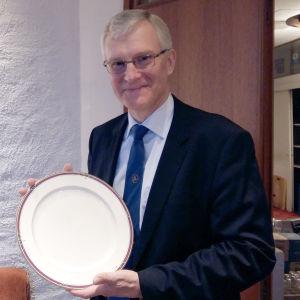 Tony Jäntti visar upp det porslin som Svenska Klubben i Åbo auktionerar ut.