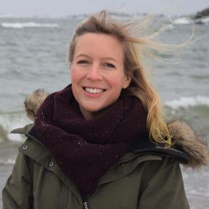 Karin Collins i ett blåsigt Hangö.