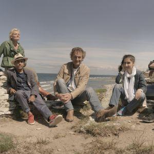 flera svenska kändisar på en strand