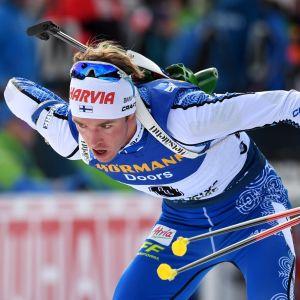 Tero Seppälä rör i sitt gevär nedböjd.